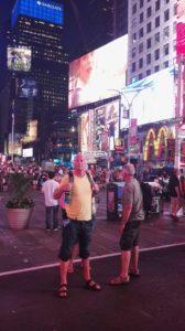 2 unge drenge på Times Square